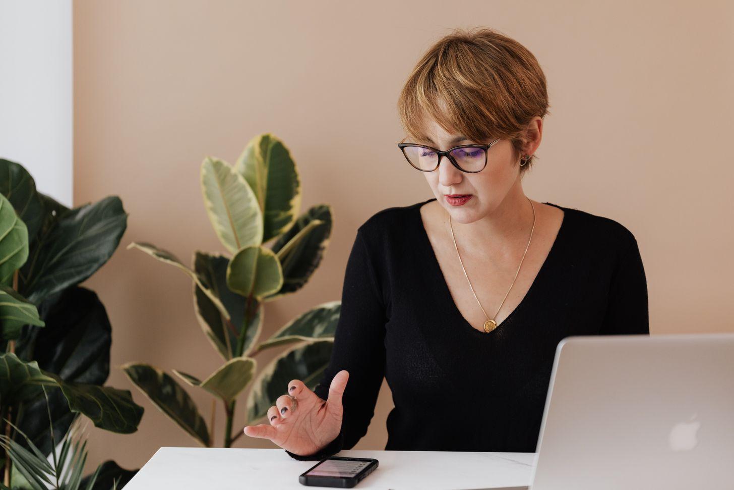 calculating price woman laptop.jpg